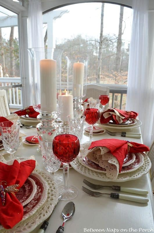Simple but Chic Red and White Christmas Table Setting